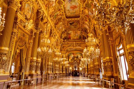 Paryż, Francja, 31 marca 2017: Widok wnętrza Opery Narodowej de Paris Garnier, Francja. Został zbudowany w latach 1861-1875 dla Opery Paryskiej Publikacyjne