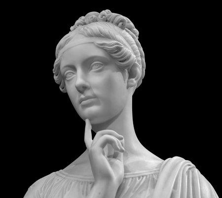 Testa di giovane donna in marmo bianco.