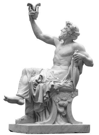 Estatua de Dioniso o Baco con racimo de uvas aislado en blanco. Foto de archivo