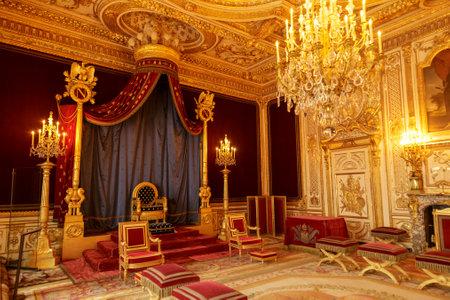 Paryż, Francja, 31 marca 2017: Wnętrza pałacu Fontainebleau. Sala tronowa. Zamek był jednym z głównych pałaców królów francuskich Publikacyjne
