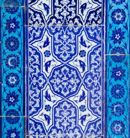 Textur von Keramikfliesen im orientalischen Oststil. Türkische Keramikfliesen an der Wand ausgekleidet. Alte Azulejo-Muster floral Ornament auf dem Boden. Osmanische traditionelle Kunst. Marokkanischer portugiesischer Mosaikhintergrund Standard-Bild