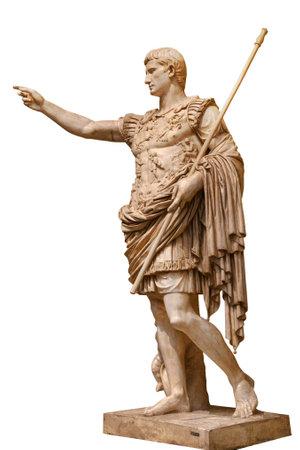 César Augusto, primer emperador de la antigua Roma. Estatua monumental de bronce en el centro de Roma aislado sobre fondo blanco.