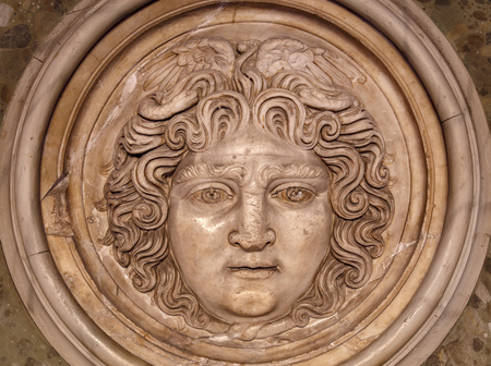 Medusa face sculpture. Banque d'images - 133197094