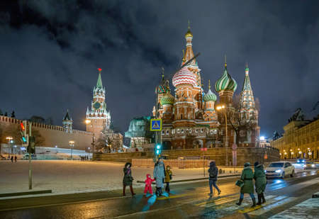 Moscow, Russia - February 04, 2020: Tourists on Vasilevsky Descent of Red Square near Kremlin in Moscow in night. Central historical square in Moscow 新聞圖片