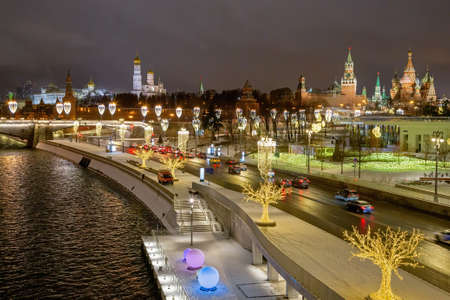 Moscow, Russia - February 04, 2020: Evening Moscow. Festive capital of Russia. The Kremlin embankment is decorated with garlands for the New year 新聞圖片