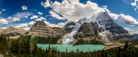 Panoramatic view of Berg Lake with glaciers in Mt. Robson provincial park of British Colombia, Canada Reklamní fotografie