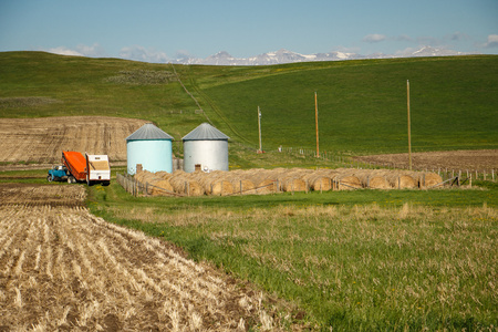 Traditional modern farming in North America, Canada, typical farm in cowboy country on the south of Alberta Reklamní fotografie