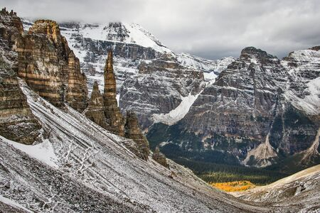 Sharp high Pinnacles from Sentinel pass in Lake Louise, Canada Banco de Imagens
