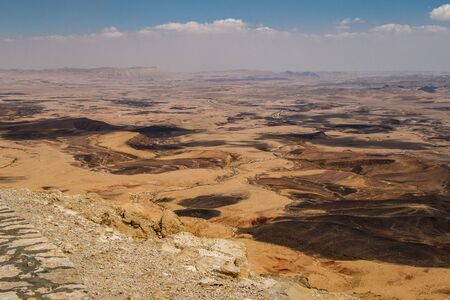 Viewpoint from Mitzpe Ramon village on the huge crater in Negev desert of Israel, hiking in Israel, geological treasure of Israeli nature 免版税图像
