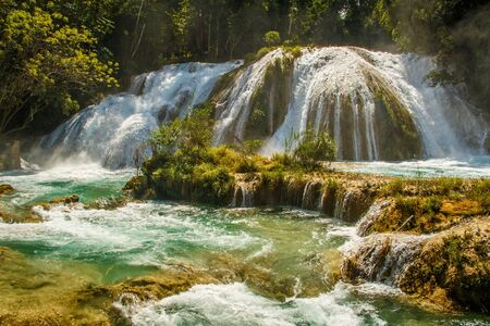 Wide Cascade Waterfall in Agua Azul Place in Mexico, mexican Chiapas state 免版税图像