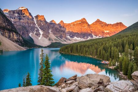 Sunrise over Moraine Lake, Banff National Park, Alberta, Canada 免版税图像 - 126557935