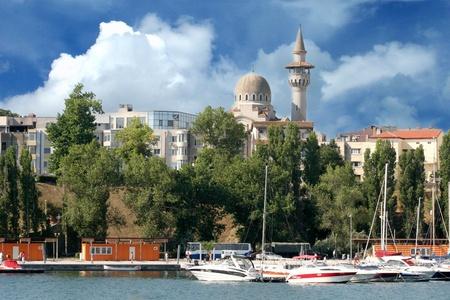 docked: Barcos de lujo atracados en Constanta, Rumania, en la costa del Mar Negro