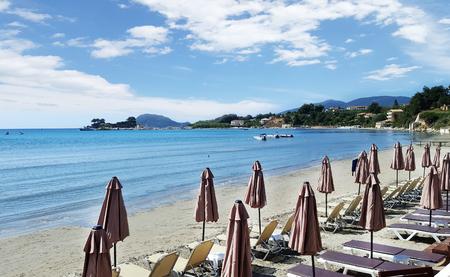 Paraplu's en zonneterrassen op Laganas-strand in het eiland van Zakynthos, Griekenland