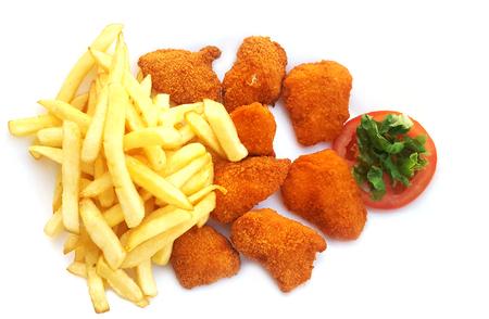 Fried nuggets de pollo y patatas fritas sobre fondo negro Foto de archivo - 81457804