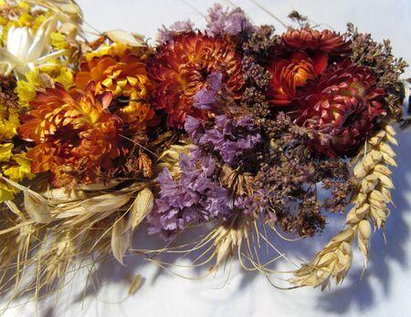 flores secas: flores secas, espiguillas, amapola atados en un ramo de flores para el Salvador del D�a de fiesta de la miel Foto de archivo