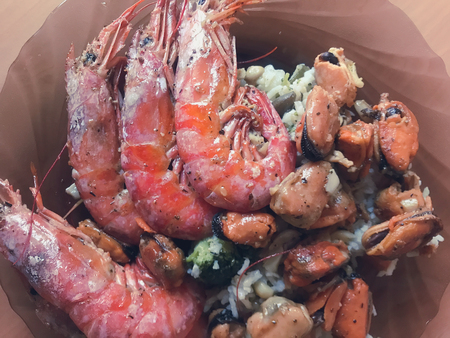 prepare tasty big shrimps and seafood for a festive dinner 版權商用圖片