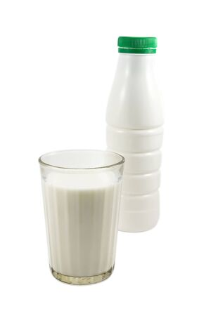 plastik: Bottle and glass with fresh milk, on the white