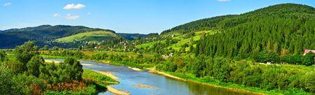 streifzug: Karpaten Sommer Berglandschaft mit Fluss, Himmel und Wolken