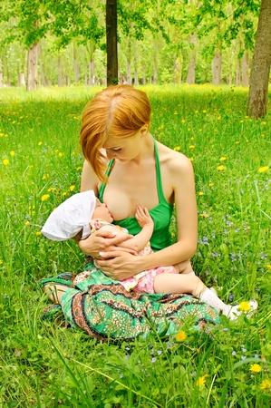 Madre alimentando a su beb� Foto de archivo - 10438522