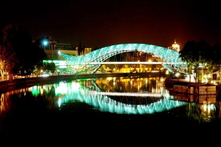 tbilisi: Vista notturna Tbilisi con ponte illuminato di Pace Archivio Fotografico