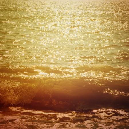 Las olas del mar que salpica a la costa, fondo natural vendimia soleado Foto de archivo