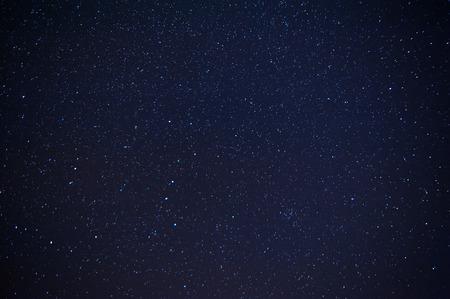 Nachtelijke hemel met veel van de glanzende sterren