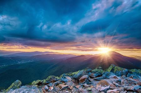 ciel avec nuages: Montagne coucher de soleil Banque d'images