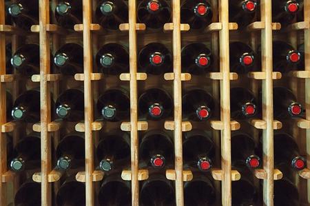 bebiendo vino: Botellas de vino en la tienda en Georgia
