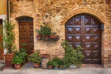 puertas de madera: Vista de la antigua ciudad de la antigua Europa. Calle de Pienza, Italia, con puertas de madera.