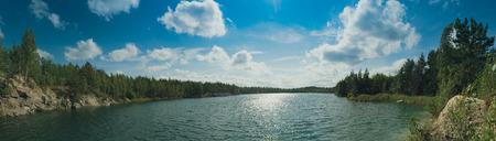 Hermoso lago de verano