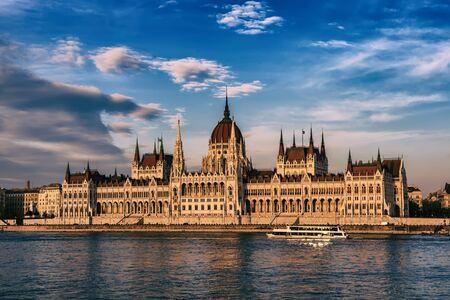 Parlamento e fiume di Budapest Archivio Fotografico