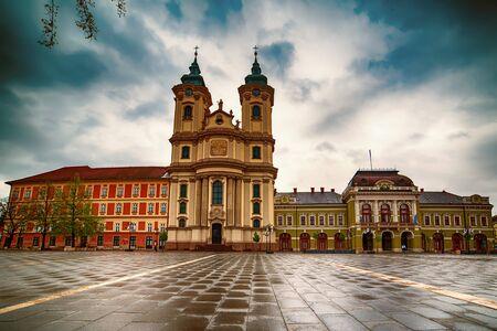 Piazza principale di Eger in Ungheria, Europa con cielo lunatico scuro e cattedrale cattolica. Viaggia all'aperto sfondo europeo