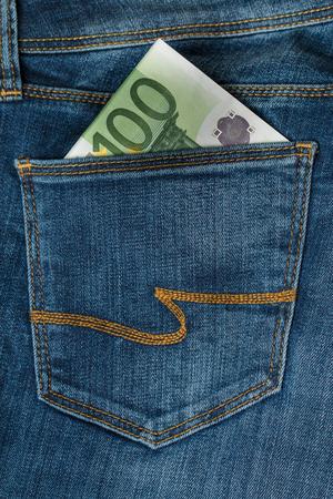 one hundred euro banknote: Un centenar de billetes en euros en el bolsillo de los vaqueros