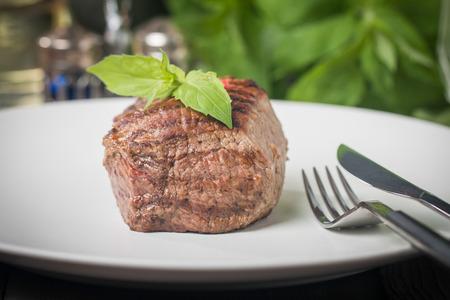 gourmet dinner: Primer plano de un plato gourmet con carne de res Foto de archivo