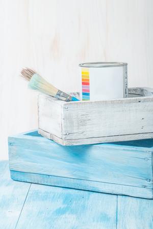work tools: El esta�o lata de metal con pintura y pincel en caja de madera