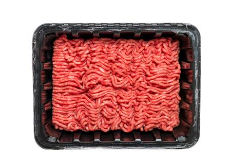 Carne tritata grezza in un contenitore di plastica nero isolato su uno sfondo bianco.