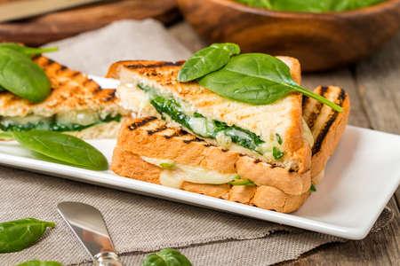 spinach: s�ndwich de queso y espinacas en el fondo de madera