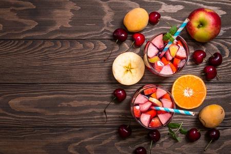 Sangría o ponche de frutas en copas, vista desde arriba, copia espacio Foto de archivo - 60567282