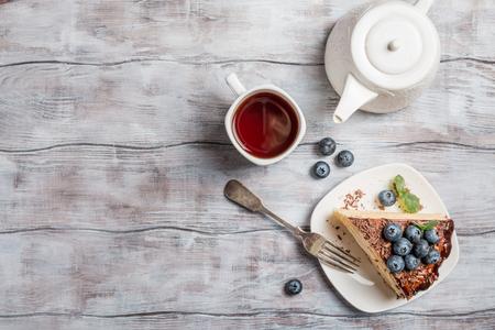 Stück des köstlichen Biskuitkuchen mit Sahne und Schokolade auf dem Teller, Draufsicht Standard-Bild