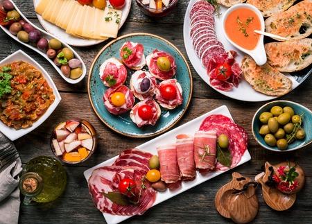 Spaanse tapas en sangria op houten tafel, bovenaanzicht Stockfoto