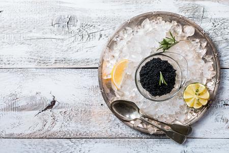 Glasschale mit schwarzem Kaviar Standard-Bild - 75334864