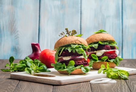 Vegetarian burger made of beetroot Imagens