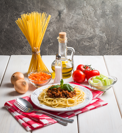 Spaghetti bolognese with ingredients Stockfoto