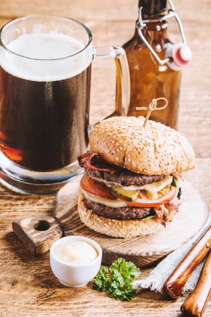 Hamburger and dark beer Imagens
