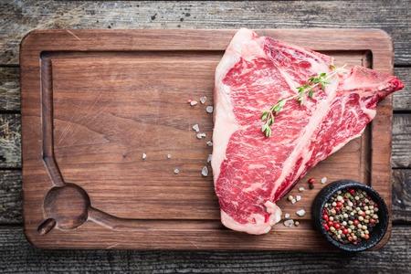 Surowy stek T-bone