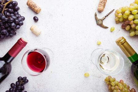 Glasses of white and red wine with ripe grapes on stone background, top view Archivio Fotografico - 131418370