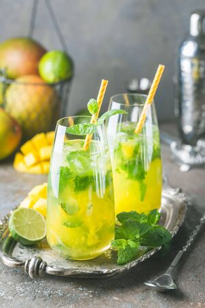 Fresh mango mojito cocktail with lime and mint in a glass Foto de archivo - 133572708