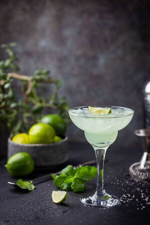 margarita cocktail with lime in a glass on dark background Zdjęcie Seryjne