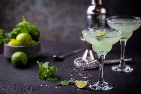margarita cocktail with lime in a glass on dark background 版權商用圖片
