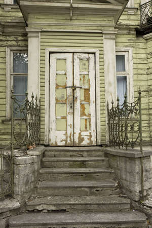 Entrance doors of an old wooden house, closed and locked. Standard-Bild